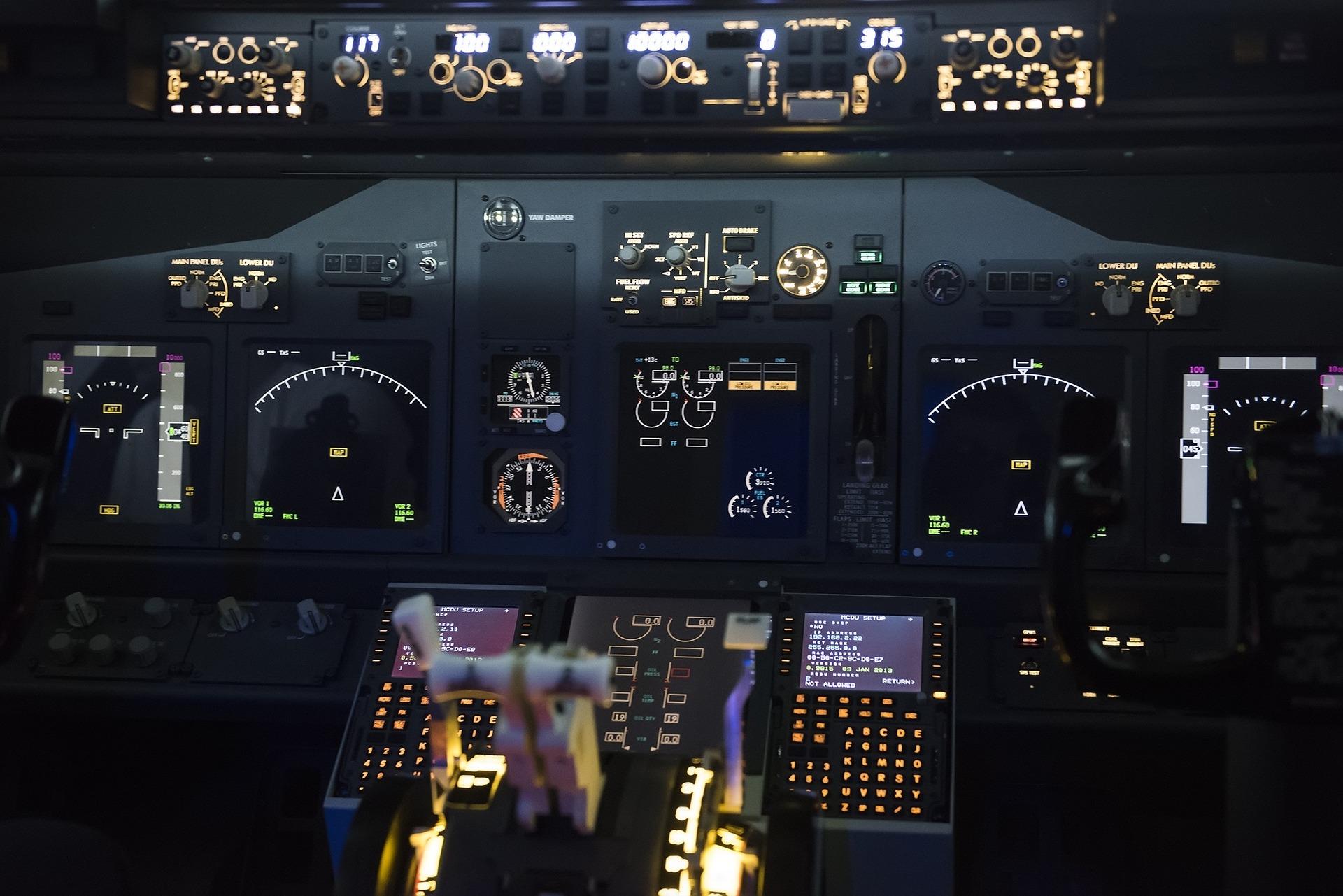 airplane-562590_1920